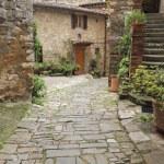 Beautiful tuscan courtyard — Stock Photo