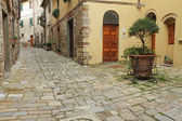 Narrow italian street and small patio — Foto Stock
