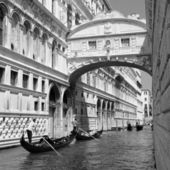 Gondolas passing over Bridge of Sighs - Ponte dei Sospiri. Venic — Stockfoto