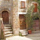 Italian yard in tuscan village — Stock Photo