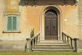 Deuropening met balustrade naar de klassieke toscaanse villa, italië — Stockfoto