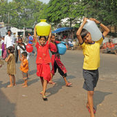 MUMBAI,INDIA-NOVEMBER 26:Children carrying water on Nov.26, 2010 — Foto Stock