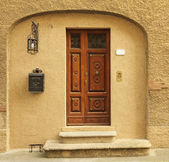 Elegant doorway to the tuscan house with many vintage elements, — Stock Photo