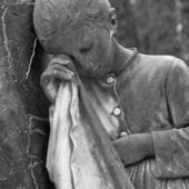 Estatua de chica-cementerio llorando, italia — Foto de Stock