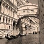Gondolas passing over Bridge of Sighs - Ponte dei Sospiri. Venic — Stock Photo #28653709