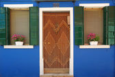 Colorful entrance to the typical house in Burano village, borgo — Stock Photo