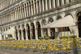Many empty tables and chairs on the early morning on Piazza San — Foto Stock