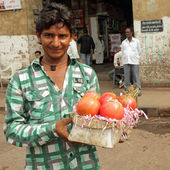 Street vendor sells pomegranate fruits in Mubai — Stock Photo