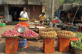 Street vendors sell vegetables in Mumbai — Stock Photo