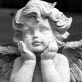 Engelachtige gezicht, detail van de beeldhouwkunst — Stockfoto