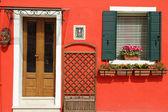 Entrada da típica casa pintada vívida na ilha de burano, ve — Foto Stock