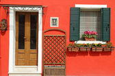 Entrance to the typical vivid painted house on Burano island, Ve — Stock Photo
