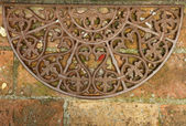 Paillasson en fer forgé antique sur brique étage, toscane, italie — Photo