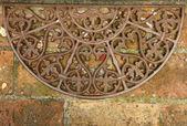Zerbino antichi in ferro battuto su mattone pavimento, toscana, italia — Foto Stock