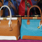 Ostrich leather colorful handbags on Mercato di San Lorenzo ( M — Stock Photo