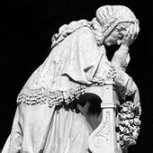 Antique mourning woman statue — Stock Photo
