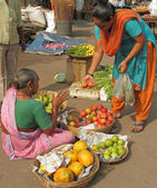 Vendor sells fruits in a street market — Foto Stock