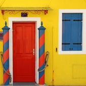 Tradicional porta colorida para a casa — Fotografia Stock