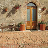 Front door to the tuscan house — Stock Photo