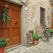 Doorway to the tuscan house with christmas wreath and parked bicycles — Stock Photo #39802133