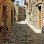 Narrow street in tuscan village — Stock Photo