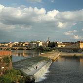 Arno river with the Pescaia di Santa Rosa and Oltrarno — Stock Photo