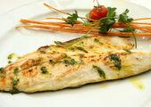 Prato de filé de peixe Robalo grelhado — Fotografia Stock