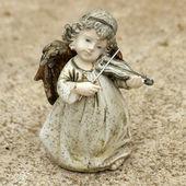 Pequeno violino tocando estatueta de anjo — Fotografia Stock