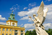 Wilanow palace and angel's monument in the palace garden, Warsaw — Stock Photo
