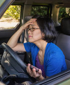 Frustrated Woman in Car in Traffic Jam Holding Cell Phone — Stock Photo
