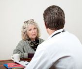 Mogen kvinna talar med sin läkare — Stockfoto