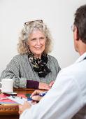 Mulher madura, a conversar com seu médico — Foto Stock