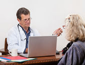 Unsympathetic Doctor Listens to Female Patient — Stock Photo