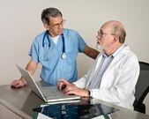 Senior medici medici discutere pazienti scansioni pellicola mri — Foto Stock