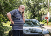 Frantic senior man calls for roadside assistance — Stock Photo