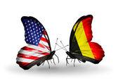 Twee vlinders met vlaggen op vleugels als symbool van de betrekkingen, verenigde staten en belgië — Stockfoto