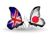 Deux papillons avec des drapeaux sur les ailes comme symbole des relations royaume-uni et au japon — Photo