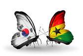 Dos mariposas con banderas en las alas como símbolo de las relaciones corea del sur y ghana — Foto de Stock