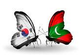 Dos mariposas con banderas en las alas como símbolo de las relaciones corea del sur y maldivas — Foto de Stock