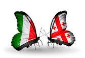 Två fjärilar med flaggor på vingarna som symbol för förbindelserna mellan italien och georgien — Stockfoto