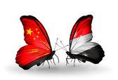 Duas borboletas com bandeiras nas asas como símbolo de relações china e Iêmen — Fotografia Stock