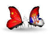 Zwei Schmetterlinge mit Flaggen am Flügel als Symbol der Beziehungen China und Serbien — Stockfoto