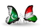 Twee vlinders met vlaggen van pakistan en Hongarije op vleugels — Stockfoto