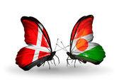 Dos mariposas con banderas de dinamarca y níger en alas — Foto de Stock