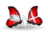 Iki kelebek kanatları üzerinde avusturya ve danimarka bayrağı ile — Stok fotoğraf