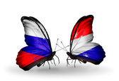 Dos mariposas con banderas de rusia y holanda con alas — Foto de Stock
