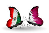 Dos mariposas con banderas de méxico y qatar en alas — Foto de Stock