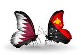 Mariposas con qatar y papua nueva guinea banderas en las alas — Foto de Stock