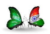 Suudi Arabistan ve Hindistan bayrakları kanatlar üzerinde kelebekler — Stok fotoğraf