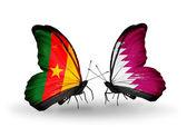 Papillons avec des drapeaux Cameroun et qatar — Stockfoto